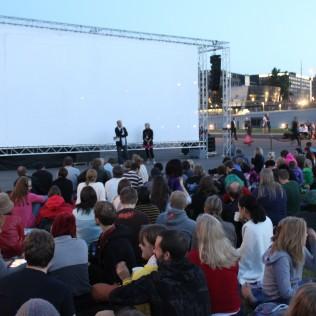 Festivaalijohtaja Pekka Lanerva esittelee Prinsessa Mononoken leffapiknikyleisölle.
