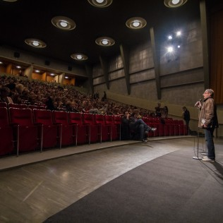 Pekka Lanerva esittelemässä päätöselokuvaa Luihin ja Ytimiin. Kuva: Lauri Hassi