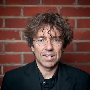 Saksalaisohjaaja Andres Veiel on tunnettu dokumenteistaan, mutta esitteli festivaalilla esikoisfiktionsa KUKA, ELLEMME ME? Kuva: Simo Karisalo