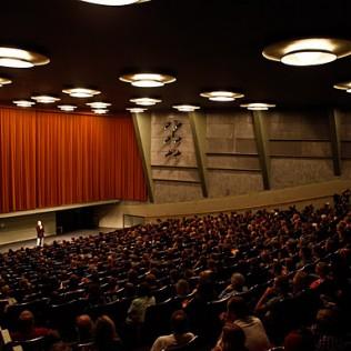 Festivaalin pääteatteri, 648 paikkainen Bio Rex, valmiina Pedro Almadovarin IHO JOSSA ELÄN avajaiselokuvaan. Kuva: Terhi Ruuskanen