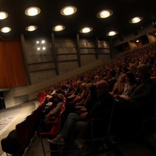 Taiteellinen johtaja Pekka Lanerva puhumassa R&A:n avajaisissa. Kuva: ATiimi