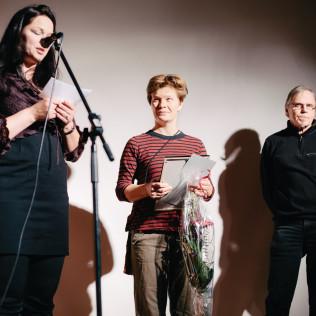 Dokumenttiohjaaja Johanna Onnismaa sai Vuoden Työtoveri -palkinnon. Kuva: Pauli Haanpää