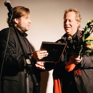 Dokumenttikilta palkitsi Juha Elomäen (oik.) Vuoden dokumenttielokuvateosta. Vasemmalla Joonas Berghäll. Kuva: Pauli Haanpää