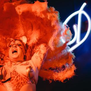 Lumoava burleskitähti Betti Blackheart New York, New York -klubilla 22.9. Kuva: Pauli Haanpää