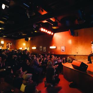 New York, New York -burleskiklubi houkutteli tuvan täyteen yleisöä. Kuva: Pauli Haanpää
