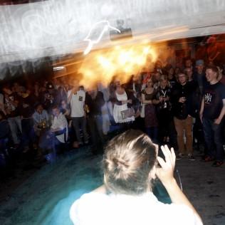 Super Janne viihdyttää yleisöä R&A:n avajaisissa. Kuva: Aleksi Kinnunen