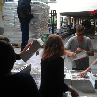 R&A:n toimiston väki lastaa lehtiä sisätiloihin hiki hatussa.