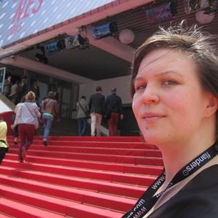 Outi punaisella matolla Cannesissa