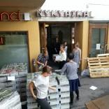 R&A:n toimistolaiset kantamassa 50 000 festivaalilehteä sisätiloihin. / Kuva: R&A